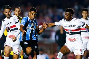 SAO PAULO, BRAZIL - JULY 24: (L-R) Petros of of Sao Paulo, Pedro Rocha of Gremio and Robert Arboleda osf Sao Paulo in action during the match between Sao Paulo and Gremio for the Brasileirao Series A 2017 at Morumbi Stadium on July 24, 2017 in Sao Paulo, Brazil. (Photo by Alexandre Schneider/Getty Images)