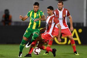 O jogador do Desportivo das Aves (D), Issam El Adoua, disputa a bola com o jogador do Tondela, Chicho (E), durante o jogo da 2ª jornada da primeira liga de futebol disputado no Estádio do CD das Aves em Vila das Aves, 17 de agosto de 2018. OCTÁVIO PASSOS/LUSA