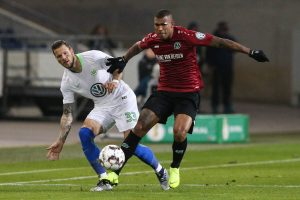 Walace (Hannover 96) gegen Daniel Ginczek (VfL Wolfsburg) - 2. Hauptrunde DFB Pokal Saison 2018-2019 Hannover 96 vs. VfL Wolfsburg in der HDI Arena in Hannover - Aktion,Deutschland, Fussball, Mann, Maenner,30.10.2018 - Gemäß den Vorgaben der DFL Deutsche Fußball Liga ist es untersagt, in dem Stadion und/oder vom Spiel angefertigte Fotoaufnahmen in Form von Sequenzbildern und/oder videoaehnlichen Fotostrecken zu verwerten bzw. verwerten zu lassen. DFL regulations prohibit any use of photographs as image sequences and/or quasi-video. *** Walace Hannover 96 against Daniel Ginczek VfL Wolfsburg 2 main round DFB Pokal season 2018 2019 Hannover 96 vs VfL Wolfsburg in the HDI Arena in Hannover Action Germany Football Mann Manner 30 10 2018 According to the regulations of the DFL German Football League it is forbidden in the stadium and or to take advantage of the game-made photos in the form of sequence images and / or video-like photo galleries DFL regulations prohibit any use of photographs as image sequences and or quasi video